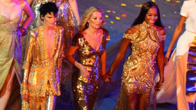 Теннант (слева) с Кейт Мосс (в центре) и Наоми Кэмпбелл на церемонии закрытия Олимпийских игр 2012 года в Лондоне.