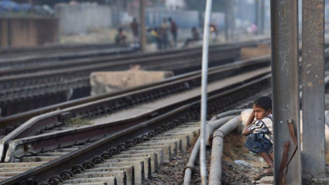 Anak buang kotoran di India