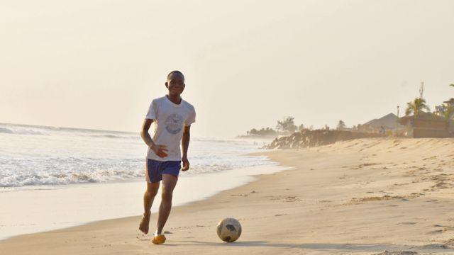 Neke plaže u Monroviji izgledaju kao fudablski tereni