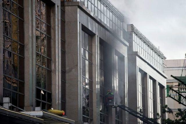 乱射事件を受けて、消防隊員が建物の窓を壊して明けた(2日早朝)