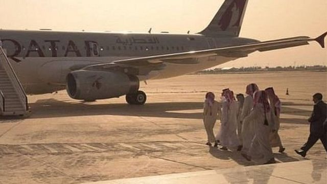 المختطفون القطريون يستقلن الطائرة عائدين من بغداد إلى الدوحة