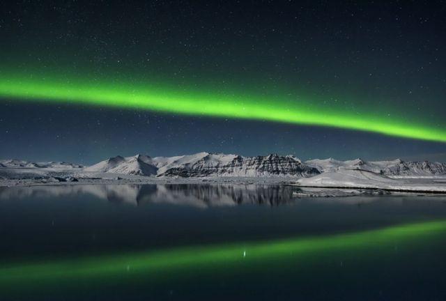 Aurora boreal sobre Jokulsarlon, Islandia
