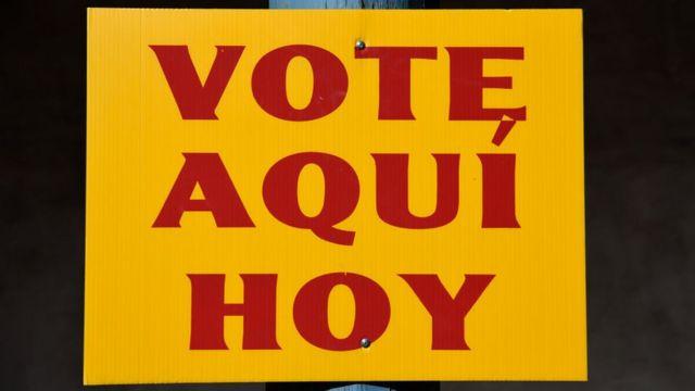 """Cartel en español que dice """"Vote aquí hoy"""""""