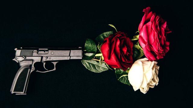 Pistola disparando rosas