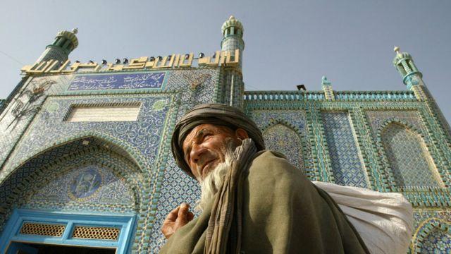 Перед мечетью в Мазари-Шарифе