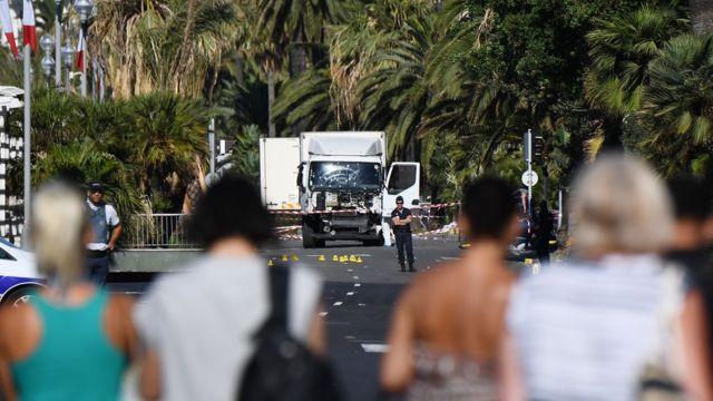 El camión arrolló a la multitud que veía los fuegos artificiales del Día de la Bastilla en el malecón de Niza.