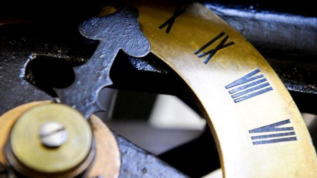 Один из циферблатов в механизме часов