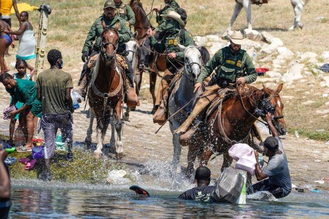 Guardias fronterizos a caballo aparentemente arreando a los migrantes haitianos en la frontera con México.