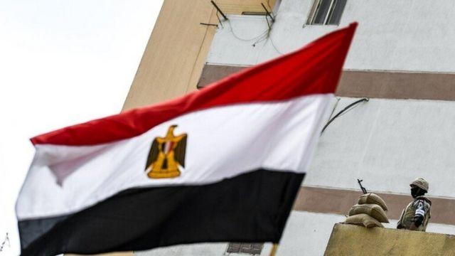 جندي مصري وعلم الدولة