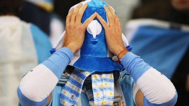 Un aficionado de Argentina cubriéndose el rostro en el Mundial de Sudáfrica.
