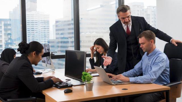 Le patron gronde un employé devant ses collègues.