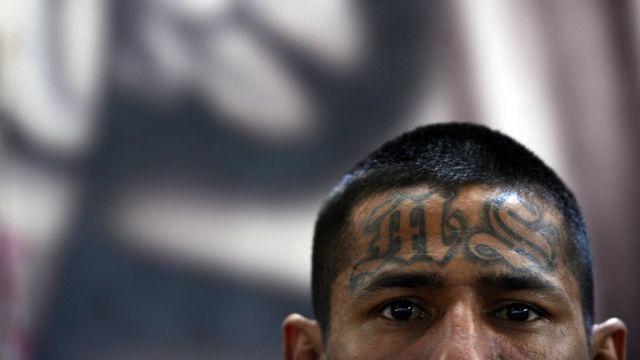 Miembro de la MS 13 con las letras MS tatuadas en la frente.