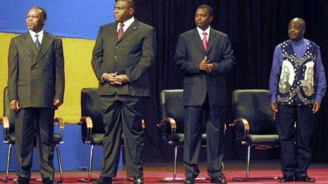 Abdoulaye Yerodia, premier à partir de la droite, lors de la prestation de serment des quatre vice-présidents congolais en 2003, à Kinshasa
