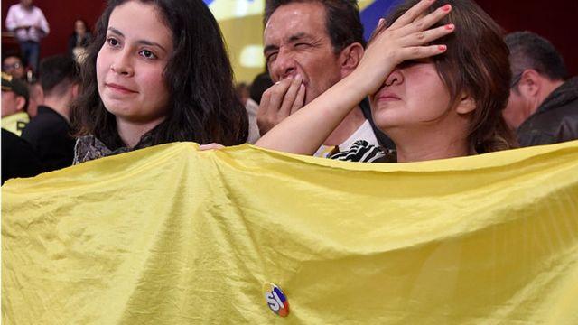 """Simpatizantes del """"sí"""" reaccionan a la victoria del """"no"""" en el plebiscito por la paz en Colombia."""