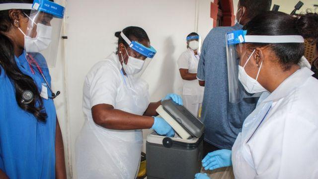 Uma médica retira da embalagem a vacina contra a covid-19 produzida pela Sinopharm no Hospital Seychelles em Victoria, em 10 de janeiro de 2021
