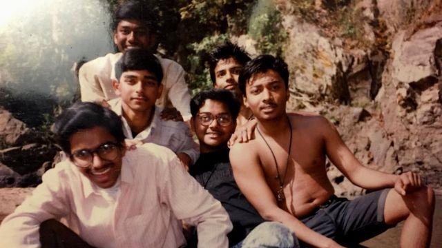 Ambarish Mitra (al medio) y sus amigos, cuando era joven.