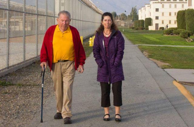 Jim y Denise visitando la cárcel