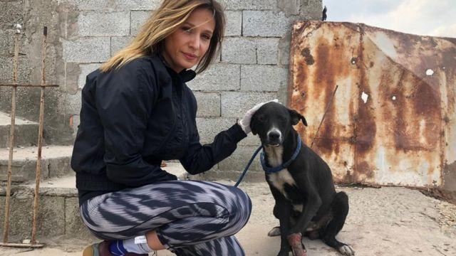 Luisa aparece em pátio dando carinho em cachorro atropelado e em recuperação