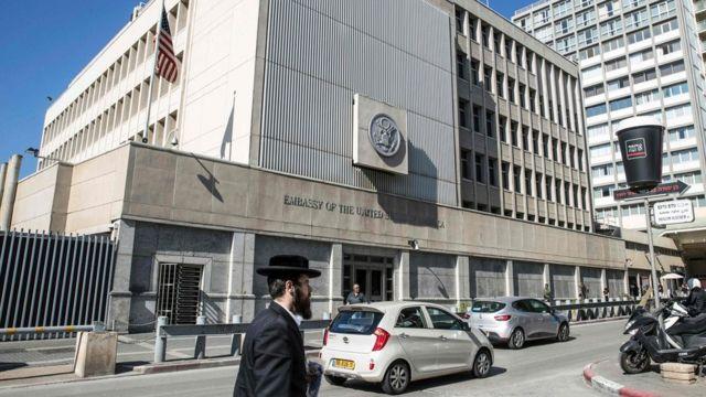 Fachada da embaixada dos Estados Unidos em Tel Aviv.
