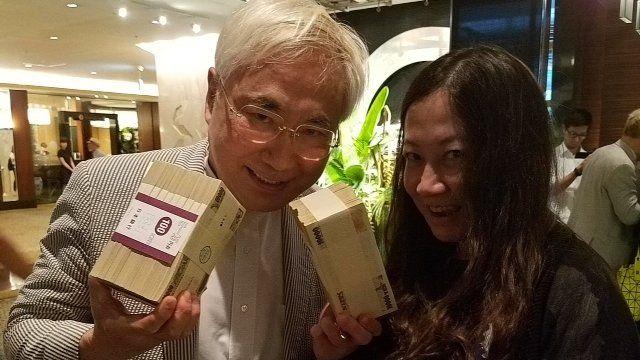 現金の寄付金を手に持つ高須さん(写真左)と漫画家の西原理恵子さん