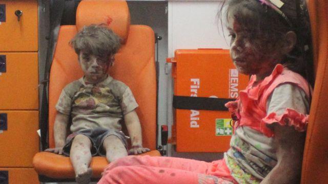 Omran Daqneesh com sua irmã em ambulância
