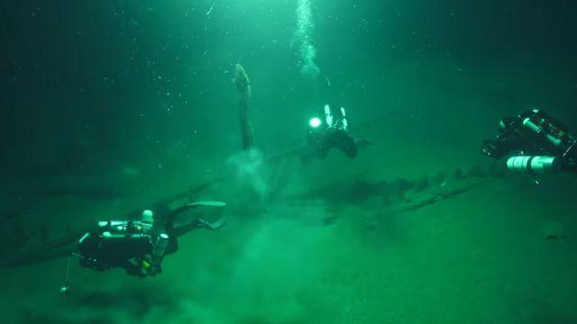 Корабль под водой, водолазы вокруг
