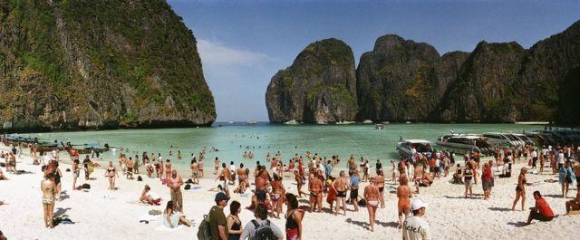 泰国玛雅湾,挤满了游客和游艇