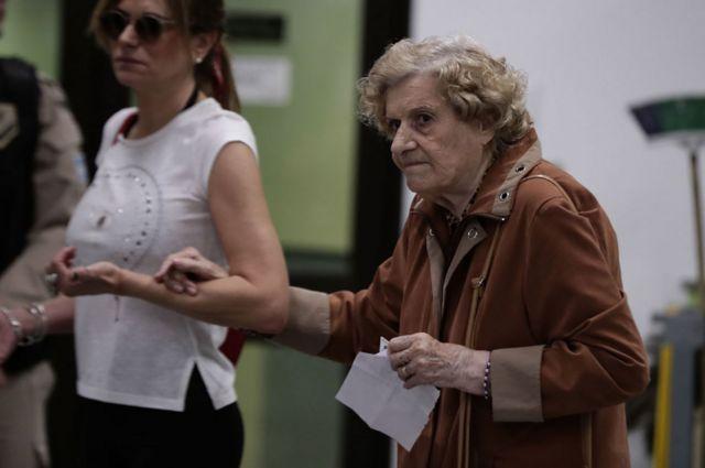 Una mujer mayor vota durante las elecciones