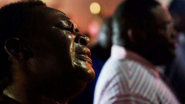教会銃乱射事件の後に祈祷集会に参加した人々(昨年6月、サウスカロライナ州)