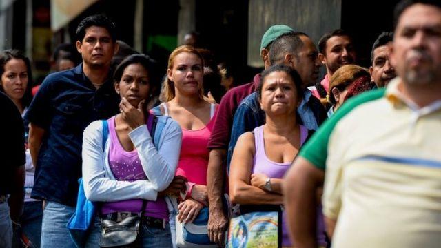 Pessoas fazem fila para comprar comida