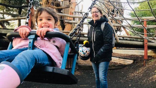 Leonor em um parque com sua mãe