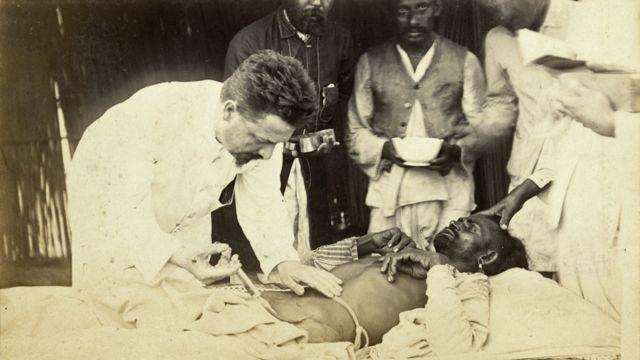 Paul-Louis Simond inyectando suero a un paciente