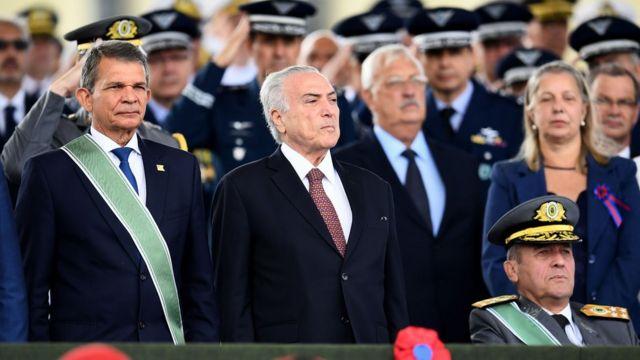 Michel Temer con militares