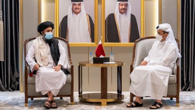 O vice-primeiro-ministro e ministro das Relações Exteriores do Catar, Mohammed bin Abdul Rahman Al Thani, encontra-se com o mulá Abdul Ghani Baradar, chefe do gabinete político do Talibã, em Doha, Catar (17 de agosto de 2021)