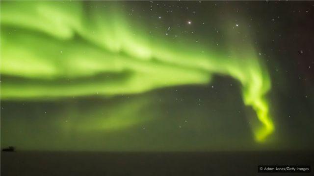 接近南北两极的极光通常呈现绿色,但塔斯马尼亚看到的极光有更多的色彩。