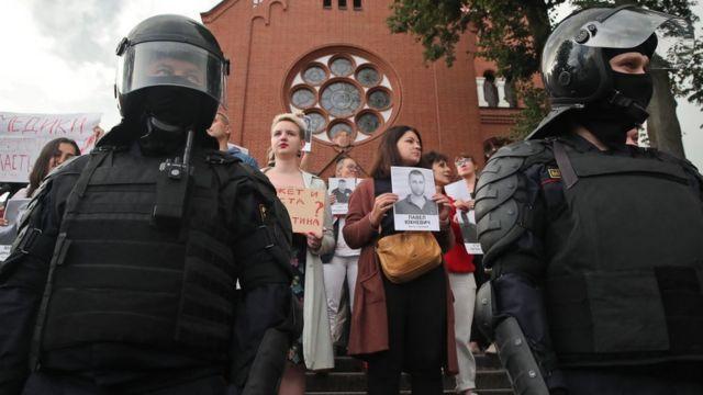 ОМОН и протестующие возле костела Симеона и Елены