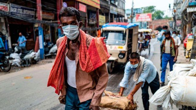 Homens usando máscaras na Índia