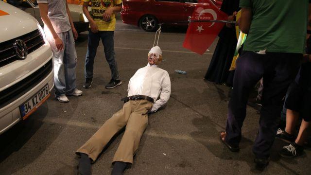 Сторонники президента Эрдогана с чучелом Фетхуллы Гюлена на демонстрации