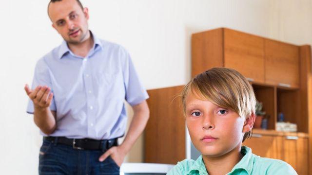 Padre aconsejando a su hijo