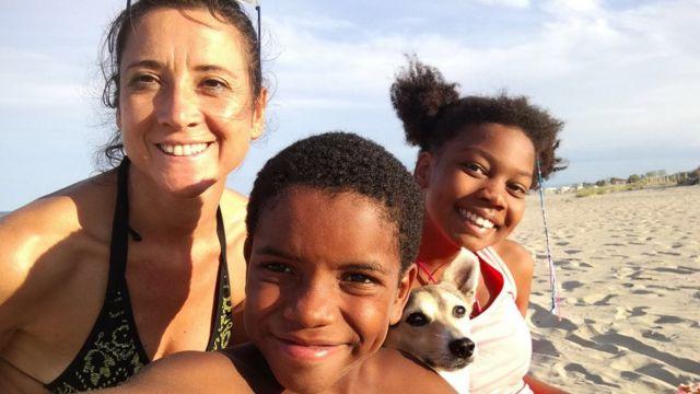 Fernando com a mãe e a irmã, em viagem à praia
