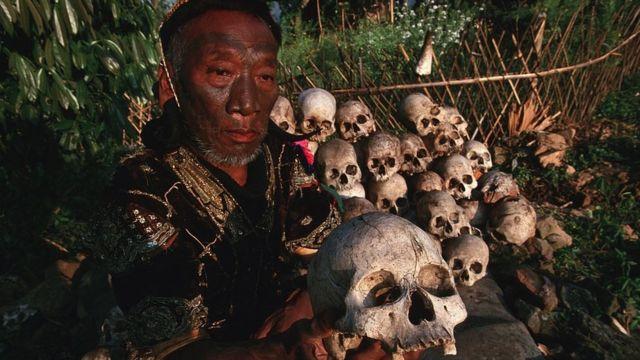 Líder Naga mostra coleção de crânios humanos