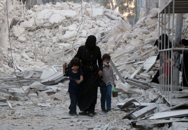 Mujer con dos niños en Alepo, Siria