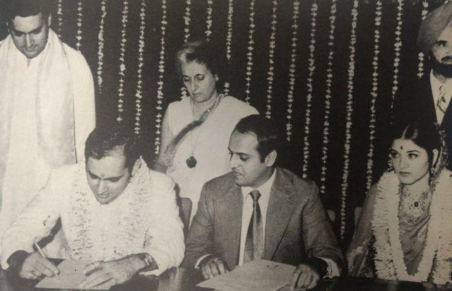 शादी के वक्त रजिस्ट्रार ऑफ़िस में संजय गांधी, मेनका, इंदिरा गांधी, राजीव गांधी और नवीन चावला