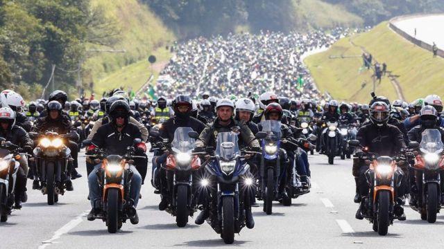 Bolsonaro (ortada), Haziran 2021'de hiçbiri maske takmamış motosikletli destekçileriyle birlikte.