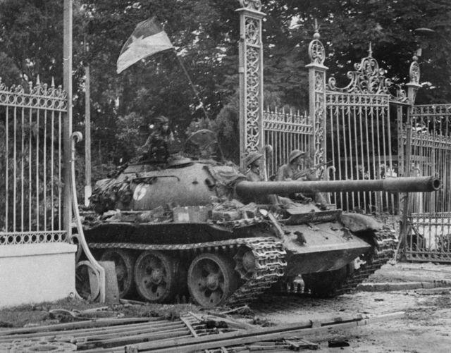 Ảnh chụp ngày 30 tháng 4 năm 1975 tại Sài Gòn khi chiếc xe tăng của Quân đội Bắc Việt húc đổ cổng dinh tổng thống miền Nam Việt Nam, thành trì cuối cùng của chính quyền miền Nam Việt Nam.