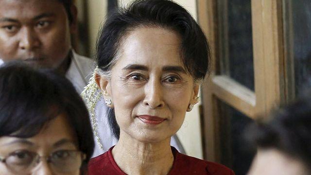 Su Ći posećuje jedno od grasačkih mesta na izborima u Mjanmaru 8. novembra 2015.