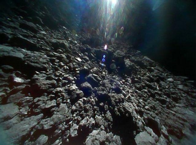 المسبار الذي أرسلته مركبة الفضاء هايابوسا-2 أرسل صورا عن سطح كويكب ريوغو