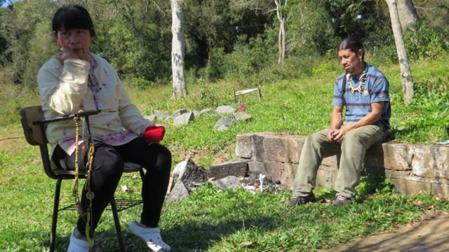 Cacica-geral Acuab sentada ao lado do filho, Cacique Guaiamá, na aldeia Polidoro