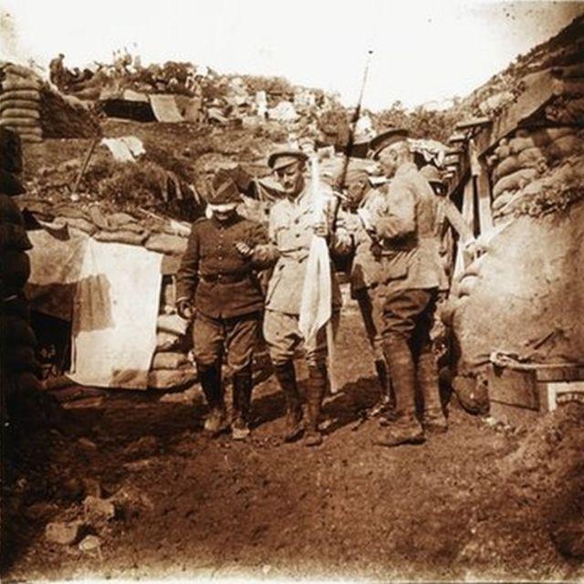 Ohrili Kemal Bey gözü bağlı halde karşı cephedeki General William Riddell Birdwood'un karargahında, 22 Mayıs 1915
