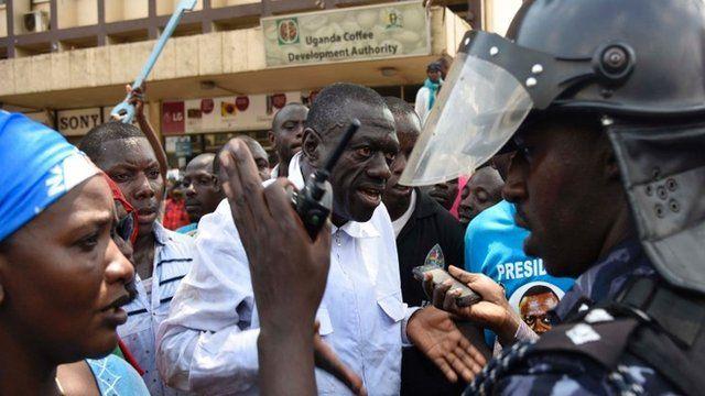 Kizza Besigye with police in Kampala